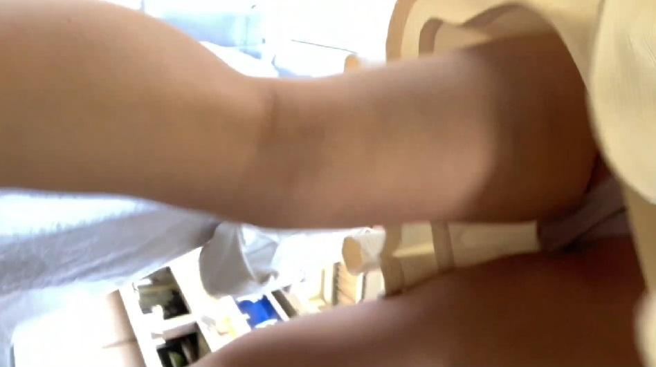 清楚系女子大生の対面脚からのパンチラ